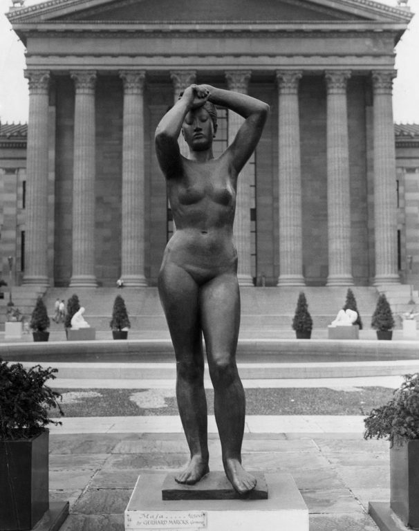 Black and white photo bronze nude female sculpture, Maja, in front of the Philadelphia Museum of Art in 1949